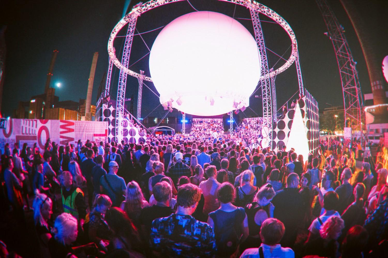Poliça performing at Flow Festival 2014's Bright Balloon 360° Stage. Jussi Hellsten / Flow Festival.