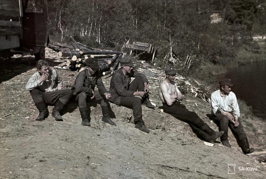 Er.Os.P:n tarvikkeiden lastauspaikka Kallokosken alla. Sotilaita tauolla.
