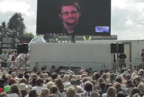 edward-snowden-the-yes-men-roskilde-2016-cropped