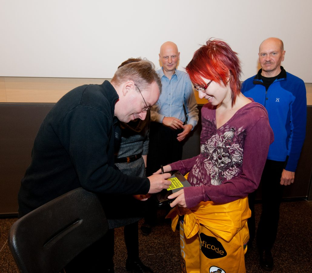 Linus Torvalds autographing a student's laptop at his alma mater, the University of Helsinki in 2012.