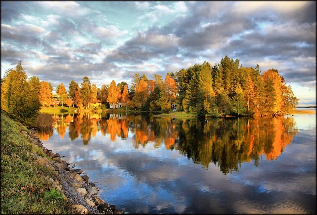 Photo of an autumn lake landscape by Finnish photographer Valtteri Mulkahainen.